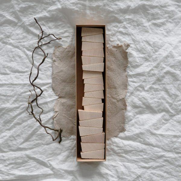 2019 Lessing Follies klein Box offen 600x600 - FOLLIES | Holzbausteine