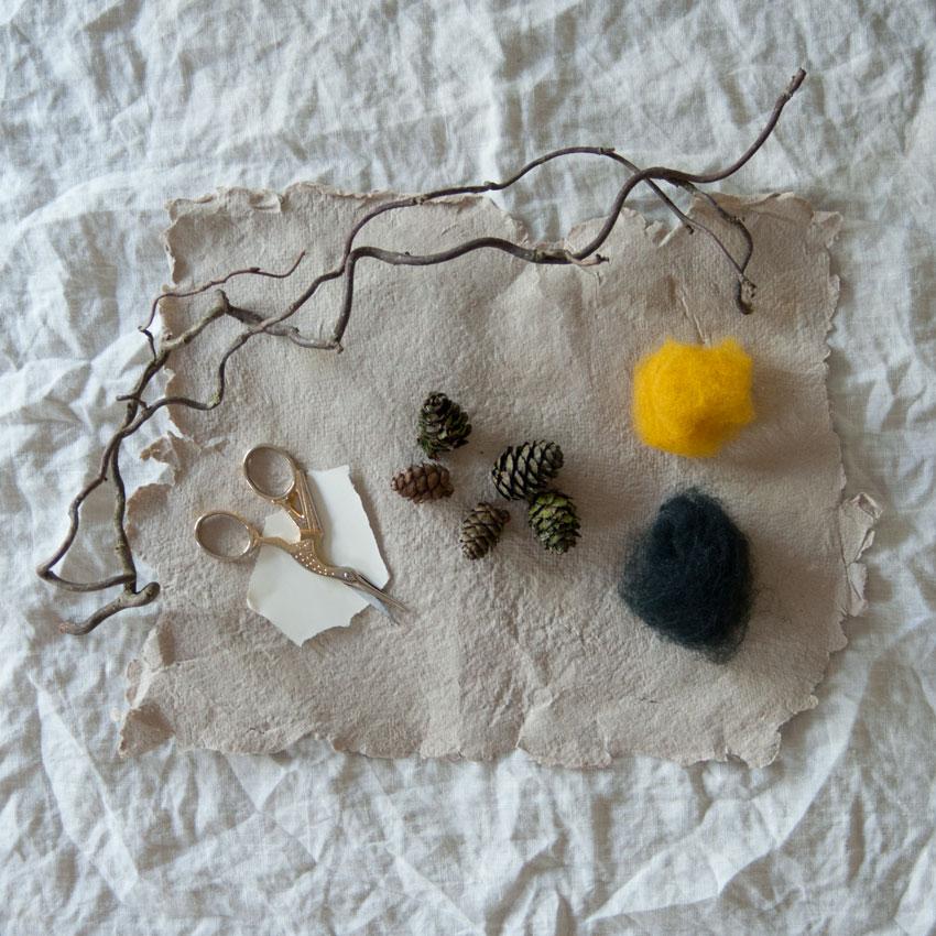 diy bienen waldorf tannenzapfen maerchenwolle schurwolle 01 - DIY | Bienen aus Tannenzapfen