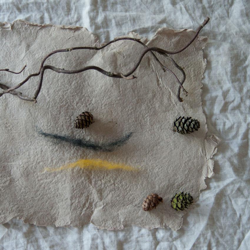 diy bienen waldorf tannenzapfen maerchenwolle schurwolle 02 - DIY | Bienen aus Tannenzapfen