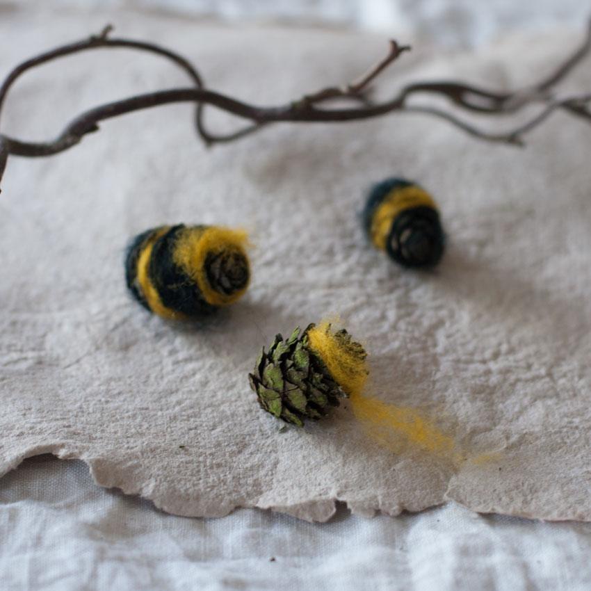 diy bienen waldorf tannenzapfen maerchenwolle schurwolle 03 - DIY | Bienen aus Tannenzapfen