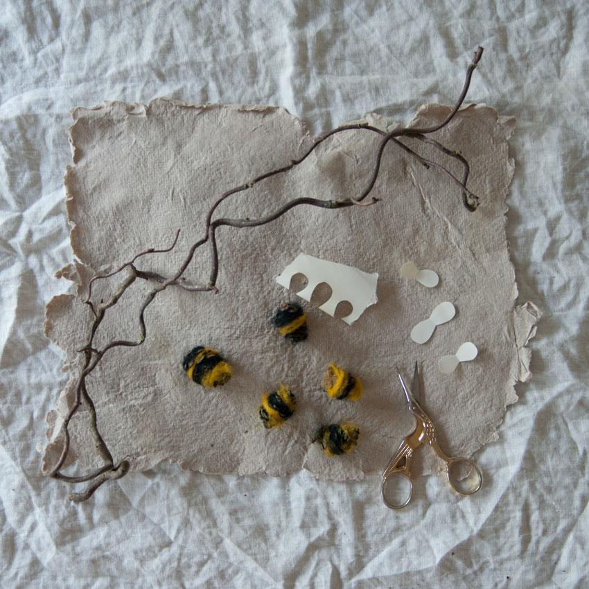 diy bienen waldorf tannenzapfen maerchenwolle schurwolle 05 - DIY | Bienen aus Tannenzapfen