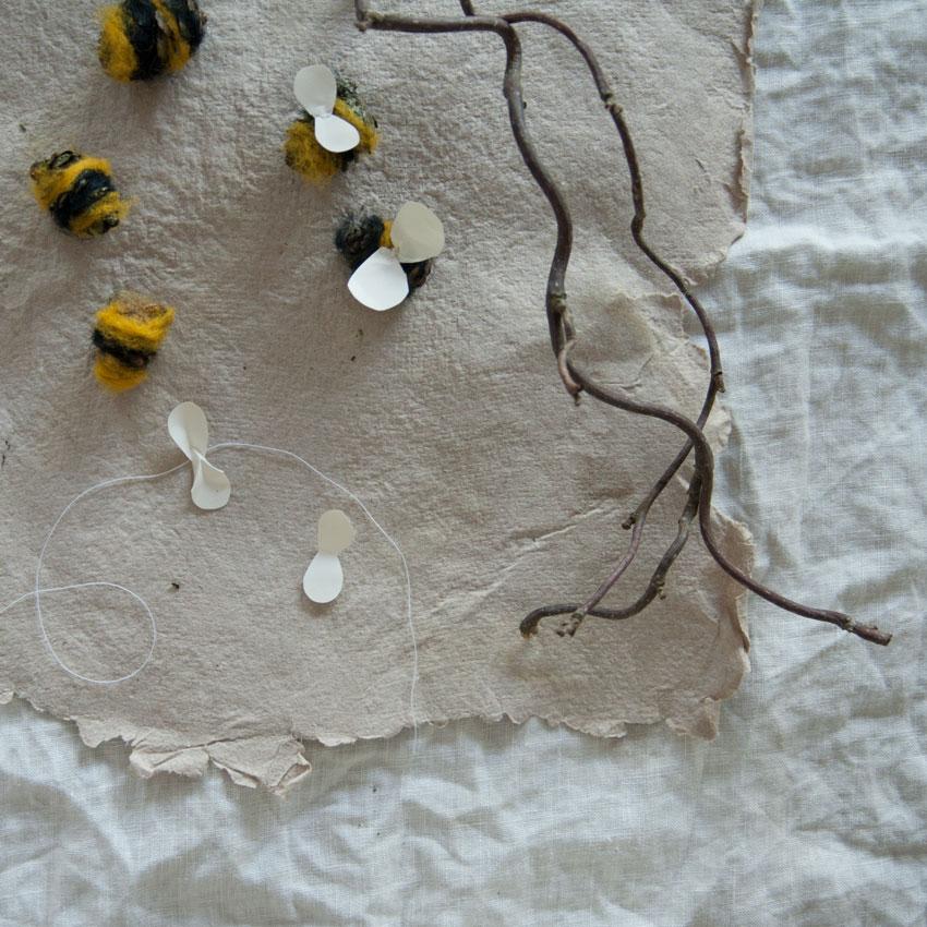 diy bienen waldorf tannenzapfen maerchenwolle schurwolle 06 - DIY | Bienen aus Tannenzapfen