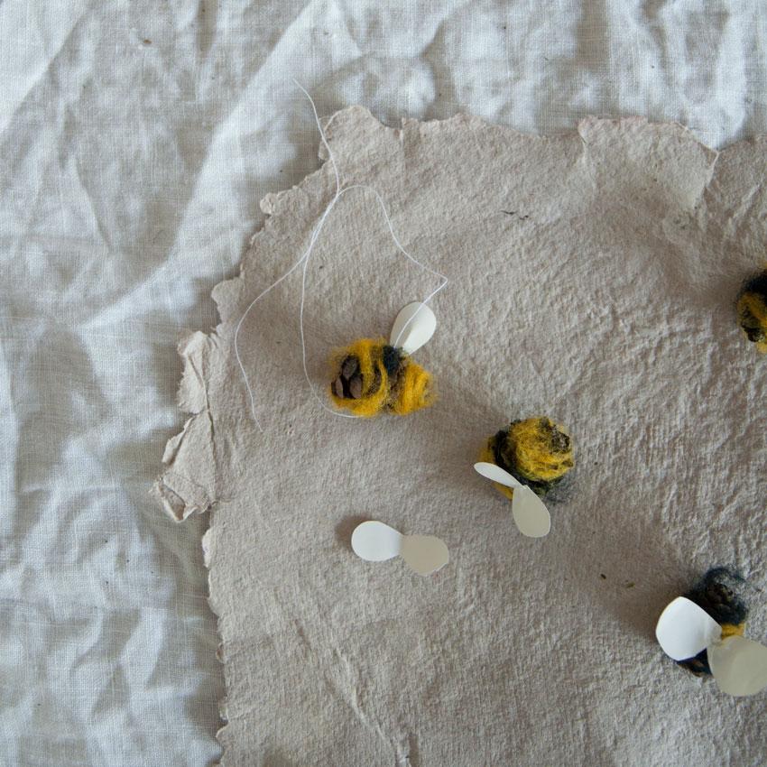 diy bienen waldorf tannenzapfen maerchenwolle schurwolle 07 - DIY | Bienen aus Tannenzapfen