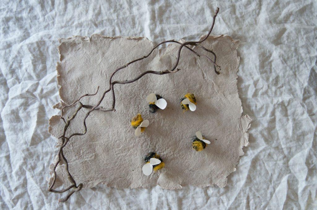 diy bienen waldorf tannenzapfen maerchenwolle schurwolle 08 1024x680 - Biene sucht Blüte