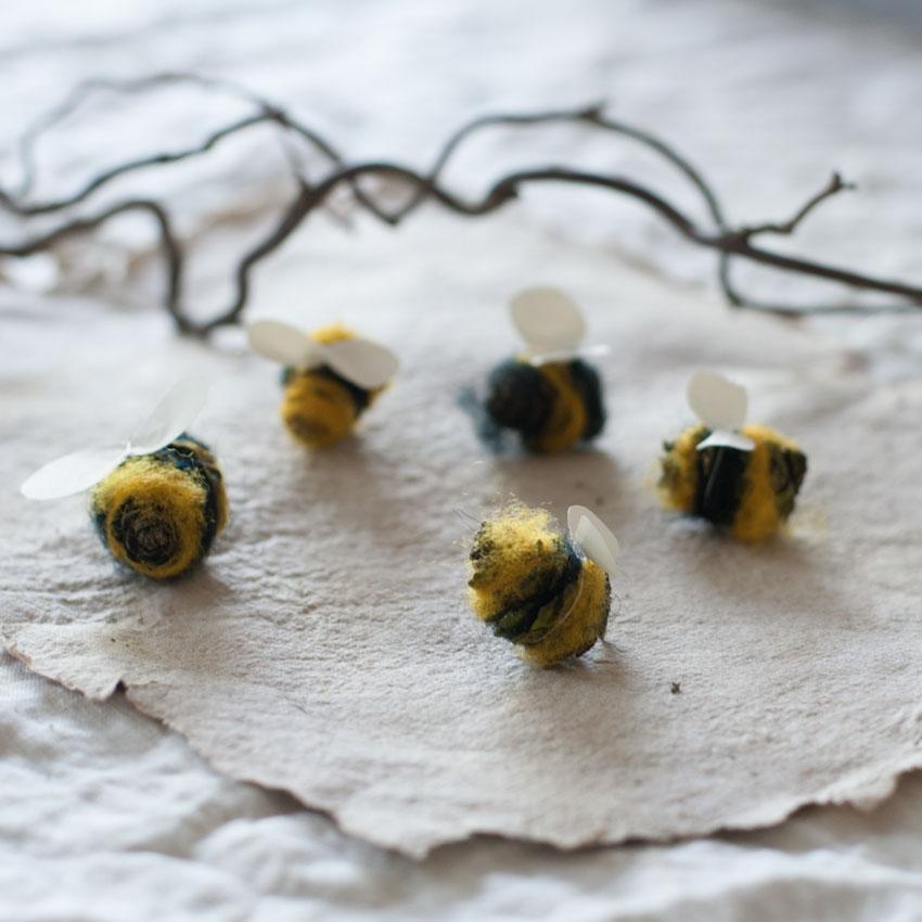 diy bienen waldorf tannenzapfen maerchenwolle schurwolle 09 - DIY | Bienen aus Tannenzapfen