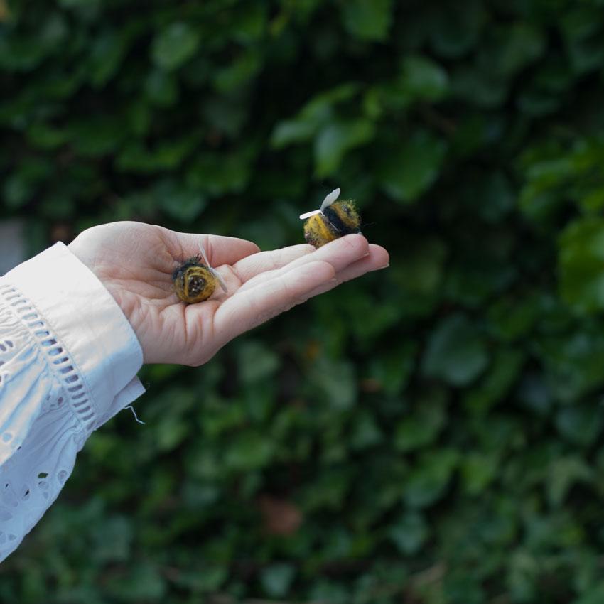 diy bienen waldorf tannenzapfen maerchenwolle schurwolle 10 - DIY | Bienen aus Tannenzapfen