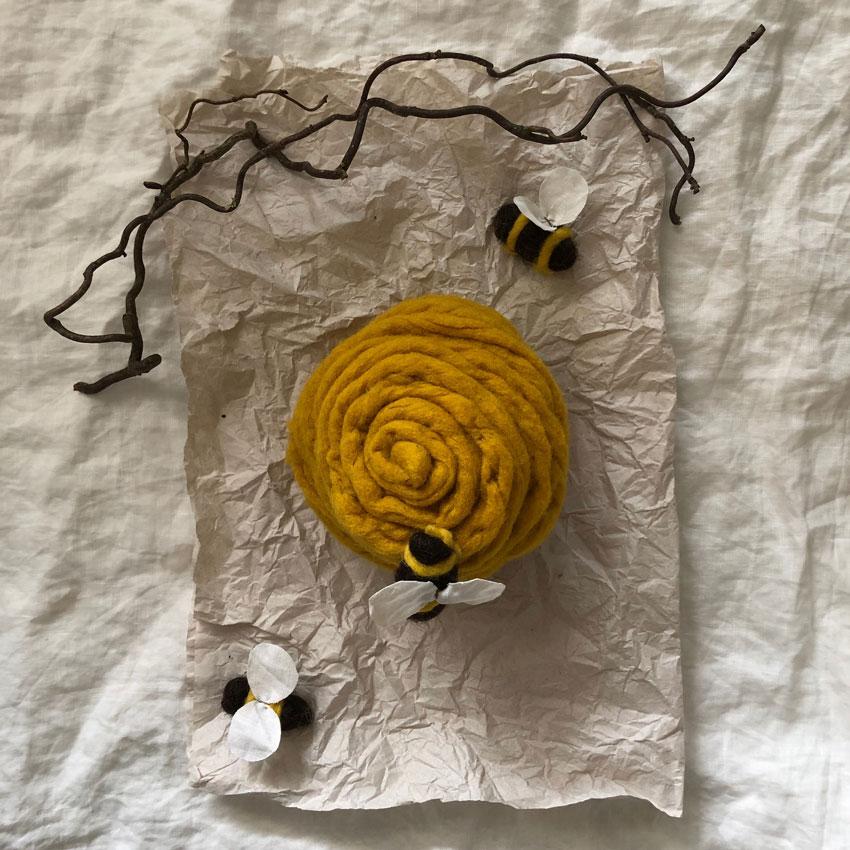 Biene Stoff Wolle diy waldorf spielen figuren filz 03 - Biene sucht Blüte