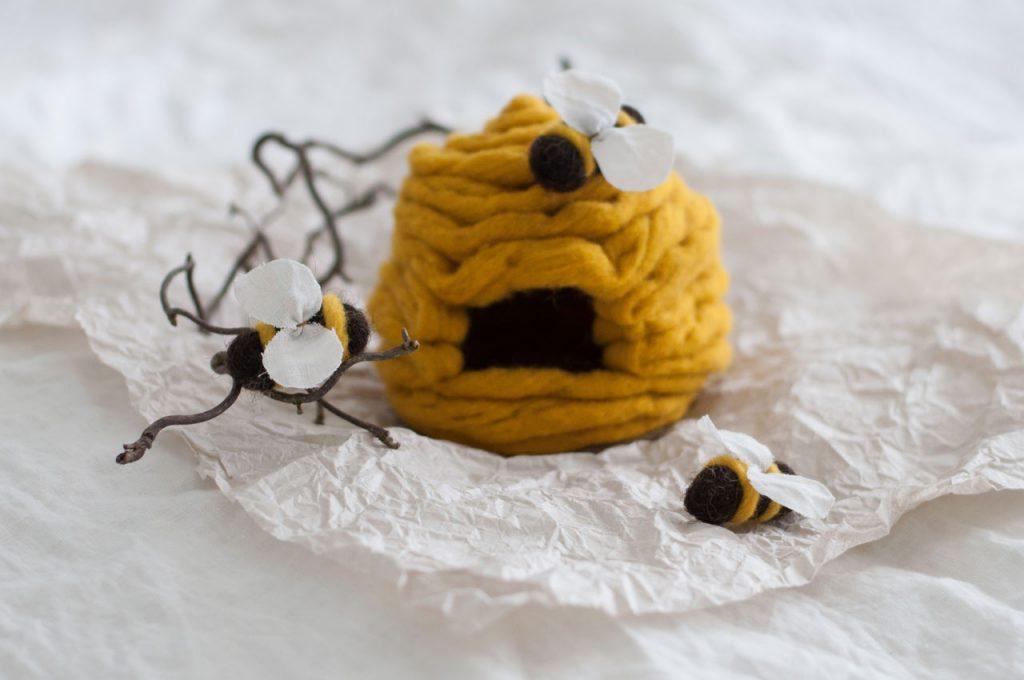 Biene Stoff Wolle diy waldorf spielen figuren filz 07 1024x680 - DIY | ein Bienenstock aus Filz