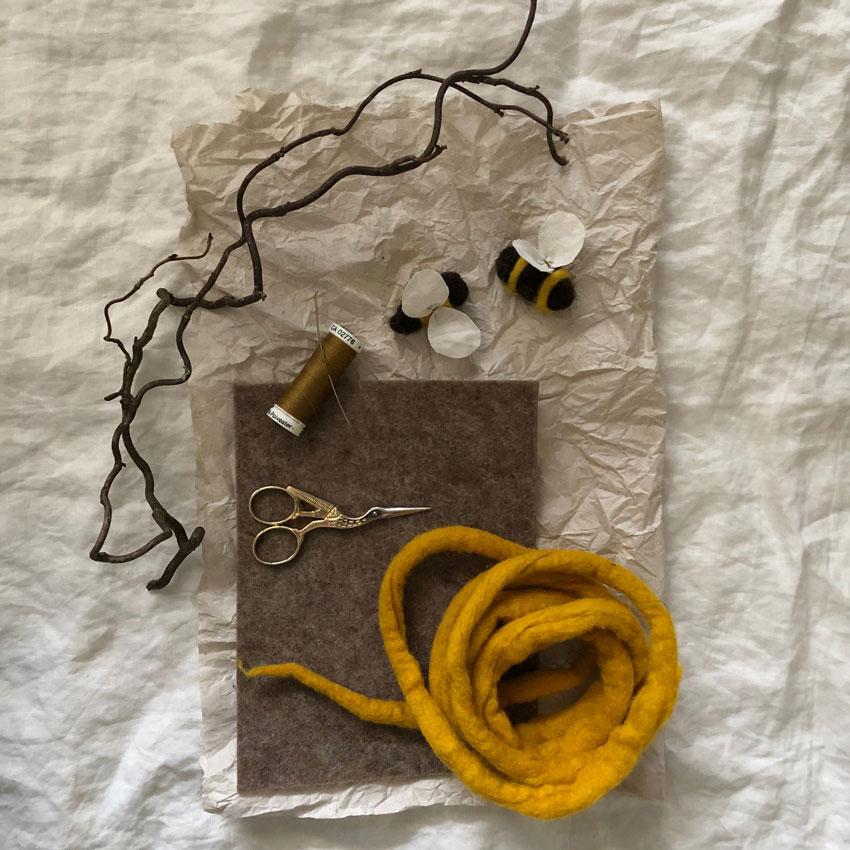 Biene Stoff Wolle diy waldorf spielen figuren filz anleitung 01 - DIY | ein Bienenstock aus Filz