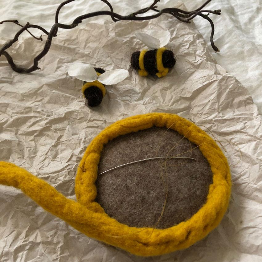 Biene Stoff Wolle diy waldorf spielen figuren filz anleitung 04 - DIY | ein Bienenstock aus Filz