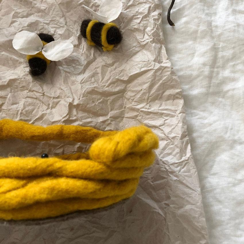 Biene Stoff Wolle diy waldorf spielen figuren filz anleitung 05 - DIY | ein Bienenstock aus Filz