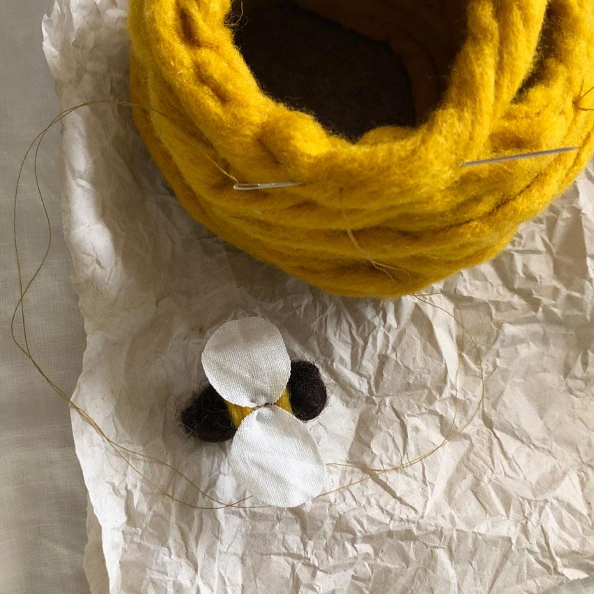 Biene Stoff Wolle diy waldorf spielen figuren filz anleitung 07 - DIY | ein Bienenstock aus Filz