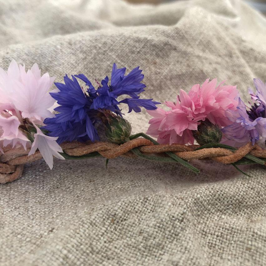 diy sammelkette lederband blumenkranz blumenkette haarkranz 05 - DIY | Vom Blumen sammeln und Kränze binden - In nur 5 Minuten zum perfekten Blumenkranz