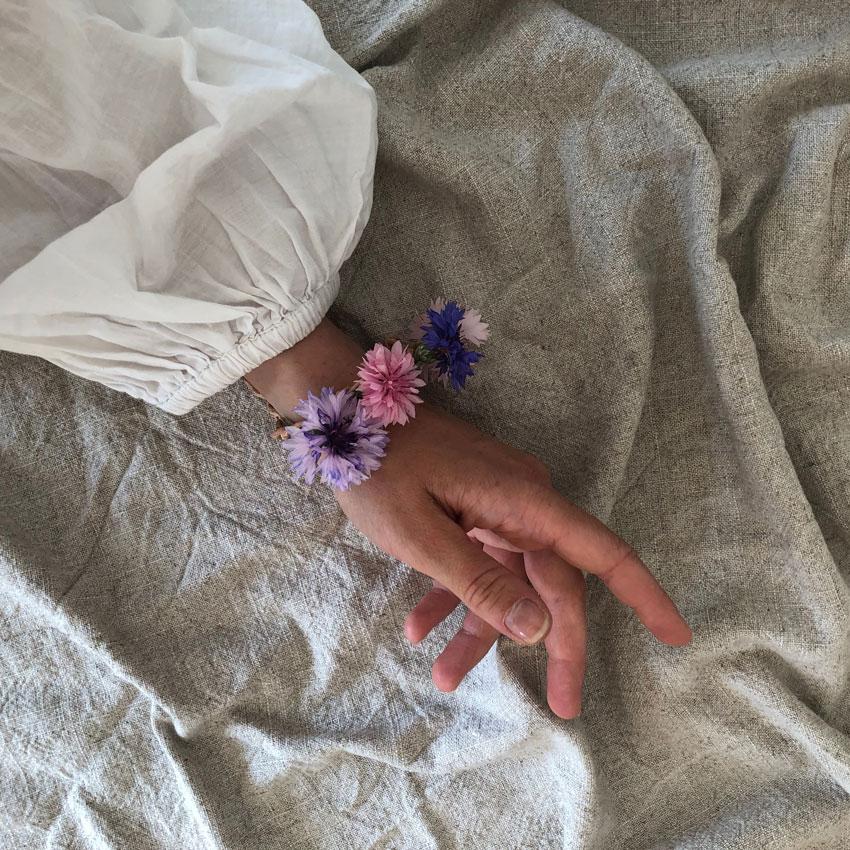 diy sammelkette lederband blumenkranz blumenkette haarkranz 06 - DIY | Vom Blumen sammeln und Kränze binden - In nur 5 Minuten zum perfekten Blumenkranz
