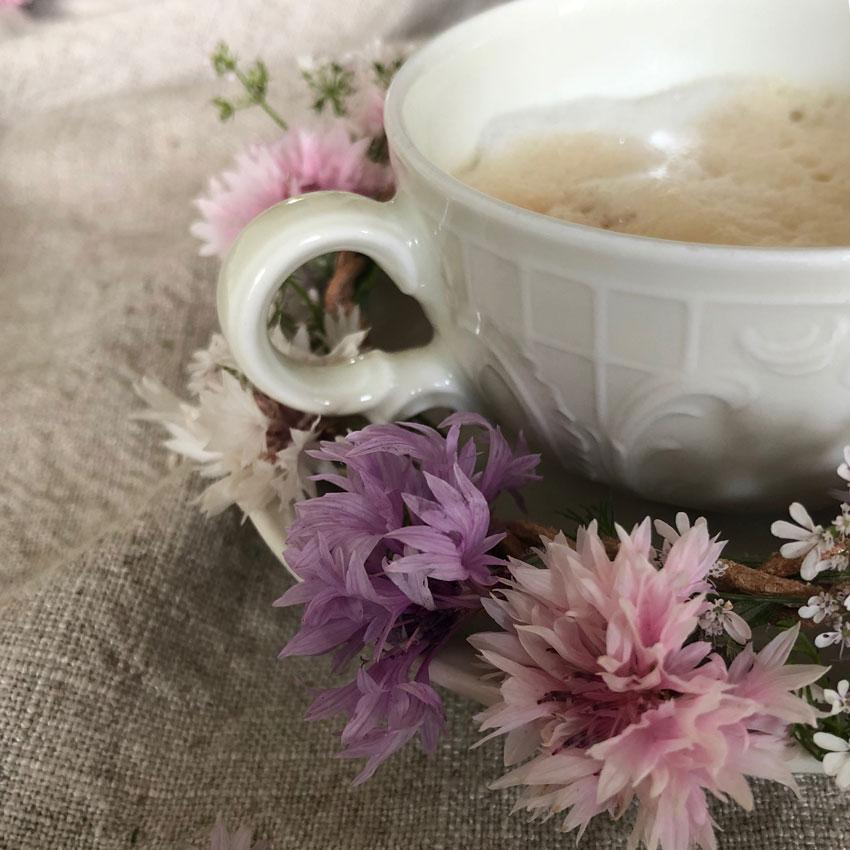 diy sammelkette lederband blumenkranz blumenkette haarkranz 08 - DIY | Vom Blumen sammeln und Kränze binden - In nur 5 Minuten zum perfekten Blumenkranz