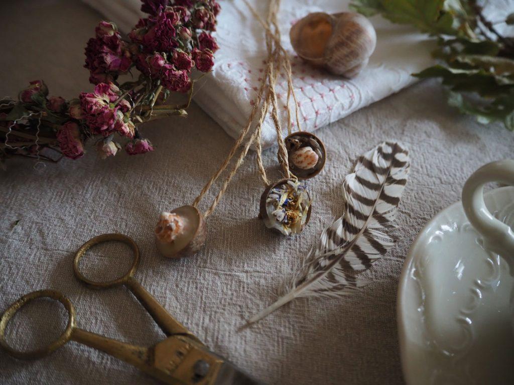 191021 DIY Eichelketten Bienenwachs Naturmaterialien 01 1024x768 - Von Körbchen aus Blättern und Sommer-Erinnerungs-Ketten