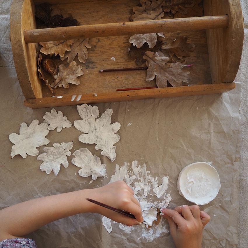 Jahreszeitentisch Herbst Blaetter Geist Eichelblatt Holzkiste - Im Herbst | sammeln, leben, erfahren