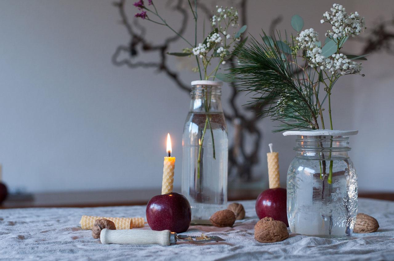 diy nikolaus jahreszeitentisch apfel kerze bienenwaben gedreht 02 - Bienenwachs | leuchtend & duftend durchs Jahr Richtung Silvester