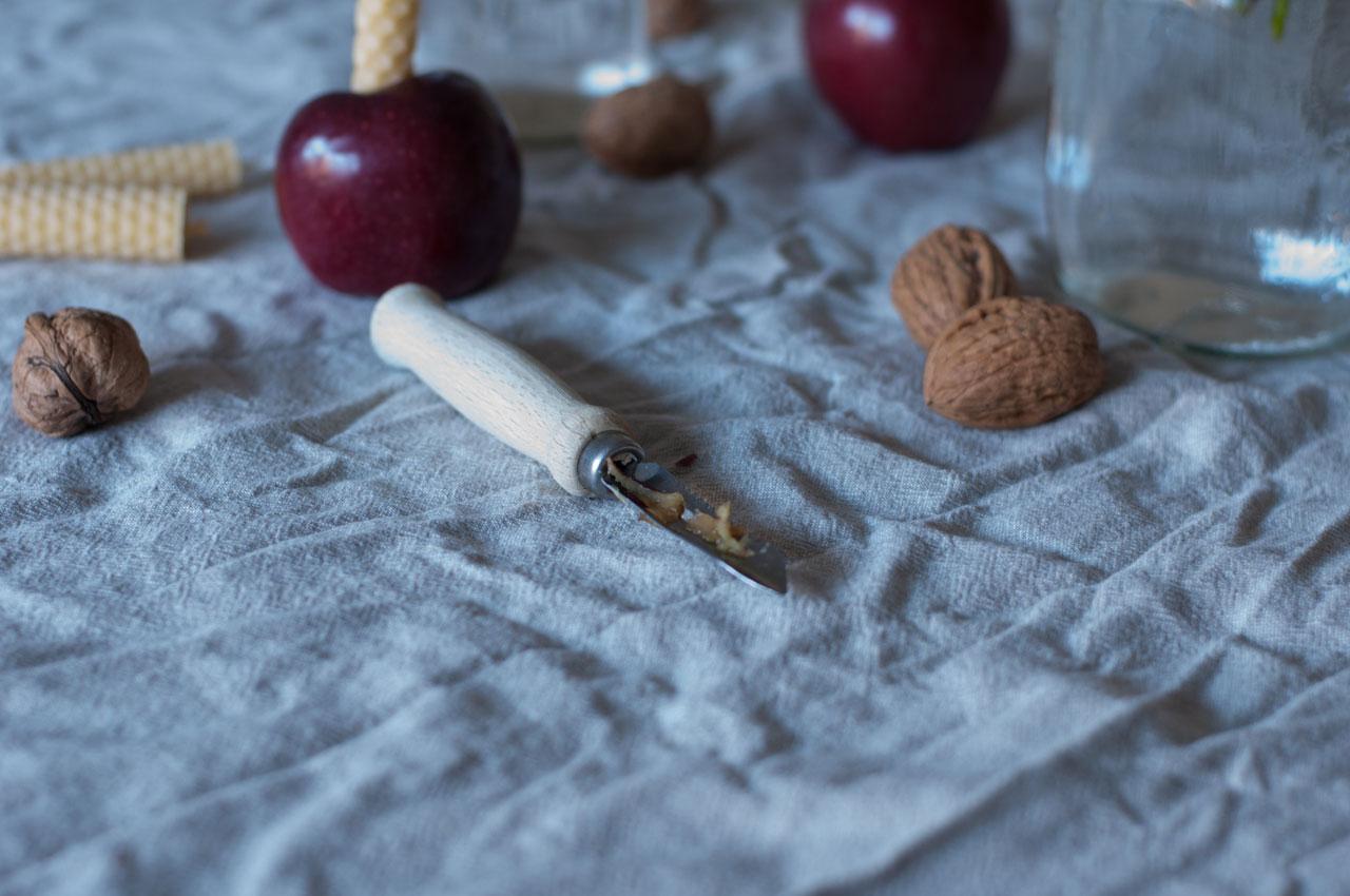 diy nikolaus jahreszeitentisch apfel kerze bienenwaben gedreht 04 - Bienenwachs | leuchtend & duftend durchs Jahr Richtung Silvester